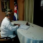 Hipólito Mejía firma libro de condolencias en embajada de Cuba por muerte de Fidel